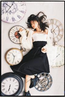 齋藤飛鳥が児童文学作品『モモ』をオマージュしたストーリー調のファッションシューティングを披露(光文社「bis」2018年11月号)