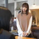 喫茶店パートに登場する小林由依(ひかりTVオリジナルドラマ「ボーダレス」場面写真第2弾)