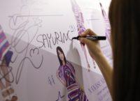 「C3 AFA Singapore」で展示にサインする松村沙友理(乃木坂46)