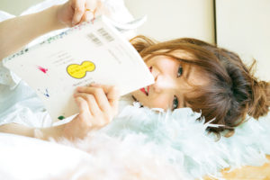 寝転ぶ松村沙友理(「CanCam」2018年9月号掲載:「CanCamも家、ついて行ってイイですか?」特集より)