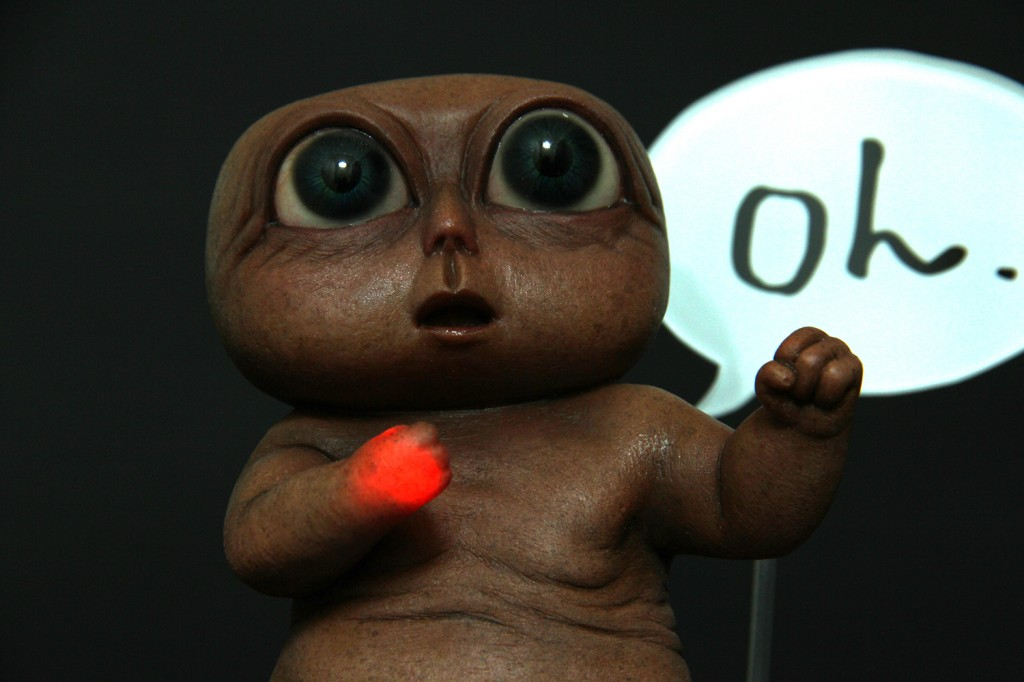 E.T.風おじさんは手が発光する?