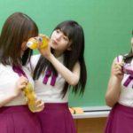 生田絵梨花の顔に「ファンタ」ハジける変顔ボトルをあてる齋藤飛鳥。その様子を見ている秋元真夏。