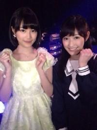 生田絵梨花(左)とAKB48渡辺麻友(右) ©乃木坂46運営委員会