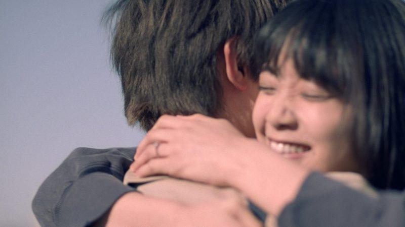 アイプリモTVCM「ふたりの橋 篇」の1シーン(吉沢亮&深川麻衣)