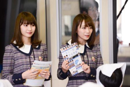 6年生の教室をサプライズ訪問した井上小百合と秋元真夏(乃木坂46)