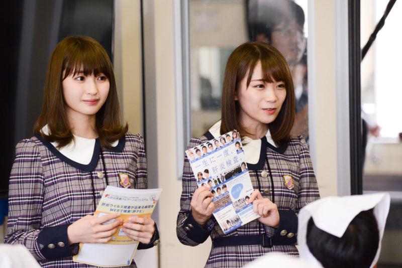 教室を訪問した井上小百合と秋元真夏(乃木坂46)