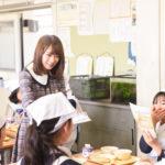 「知って、肝炎プロジェクト」のチラシを配る秋元真夏(乃木坂46)