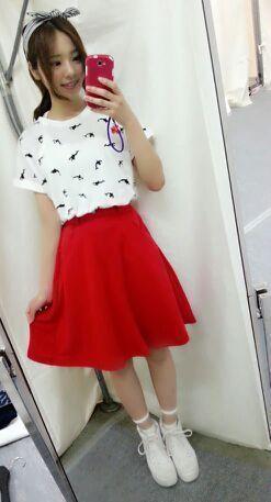 川村真洋の私服。真っ赤なスカートがポイント
