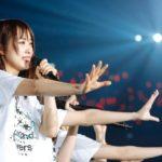 欅坂46『太陽は見上げる人を選ばない』センターは菅井友香(撮影:上山陽介/ライブ:「欅坂46 2nd YEAR ANNIVERSARY LIVE」)