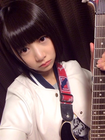 ギターを持つ北野日奈子