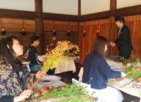 いけばなワークショップの様子(「KYOTO NIPPON FESTIVAL」京都・北野天満宮)