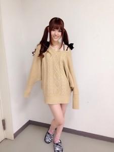 松村沙友理の私服、ベージュニットのワンピース