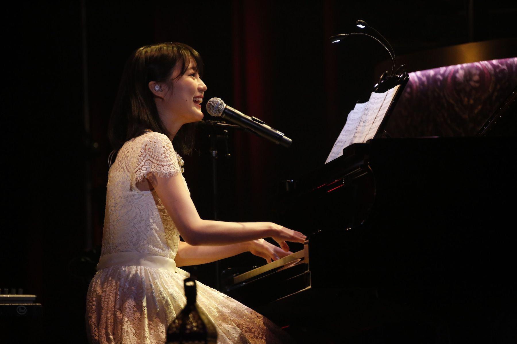 ピアノの弾き語りを披露する生田絵梨花(「MTV Unplugged: Erika Ikuta from Nogizaka46」)