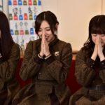 何かを祈るように手を合わせる3人(TBSチャンネル1「乃木坂46えいご」#27」)