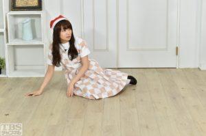 あるお題で床に横たわる秋元真夏/TBSチャンネル1「乃木坂46えいご(のぎえいご)」#24