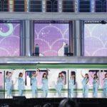 電車に乗って登場したメンバーたちが『自惚れビーチ』を披露(「乃木坂46 真夏の全国ツアー2018」ひとめぼれスタジアム宮城公演)