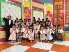 大堀恵さん(中央)と乃木坂46、番組司会のイジリー岡田さん