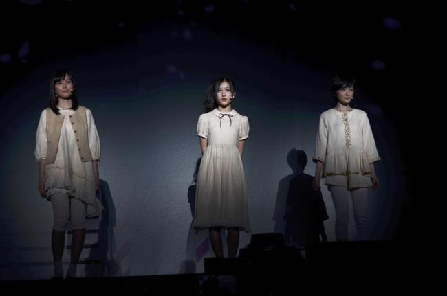 「ここじゃないどこか」を歌う生田絵梨花、星野みなみ、生駒里奈