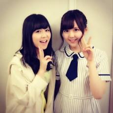 SKE48の佐藤すみれ(左)と乃木坂46の大和里菜(右)