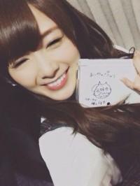 先輩のしょこたんからのサインに笑顔を見せる乃木坂46白石麻衣