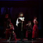 舞台『七色いんこ』場面写真(中央は伊藤純奈)