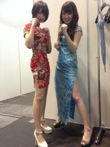 握手会でチャイナドレスを着た和田まあや(左)と高山一実(右)