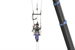 高さ30mの特製ブランコに乗る秋元真夏(読売テレビ「こども遊びを究極スケールアップ ビッグ☆プレイ」)