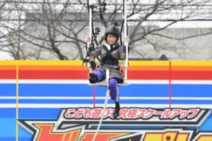 秋元真夏が46mを狙って靴飛ばしに挑戦(読売テレビ「こども遊びを究極スケールアップ ビッグ☆プレイ」)